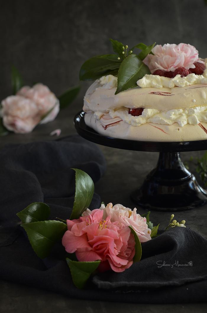 Pavlova-decorada-con-flores