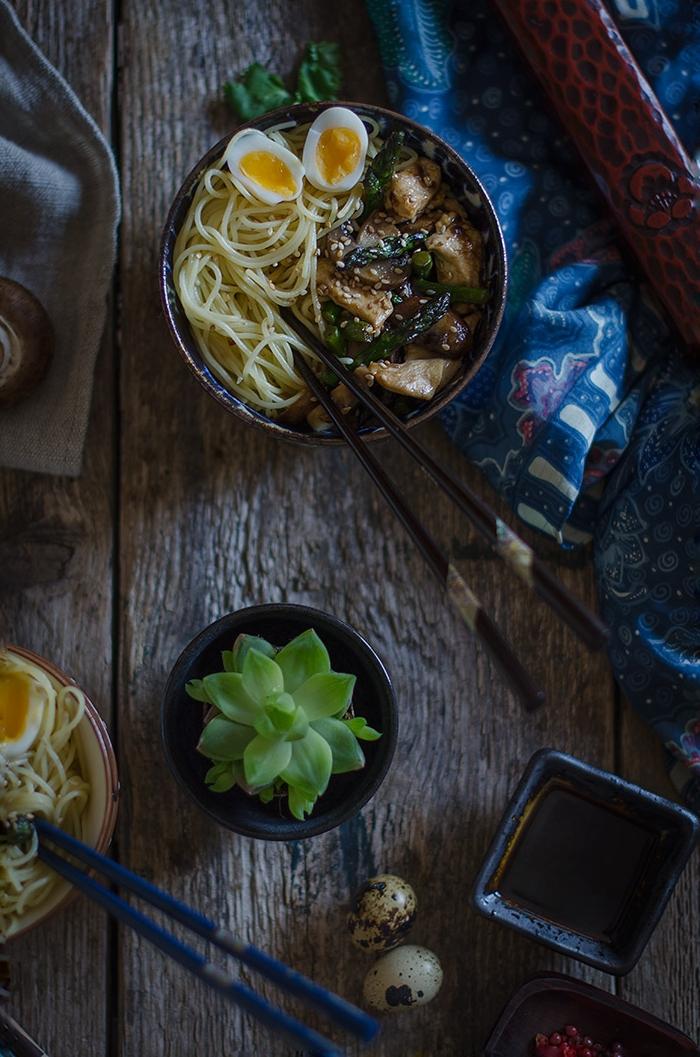 Noodles con pollo, espárragos y Portobellos
