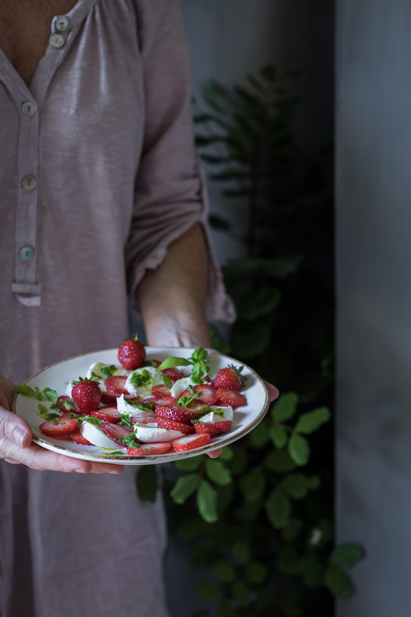 Ensalada original y vistosa de fresas y mozarella