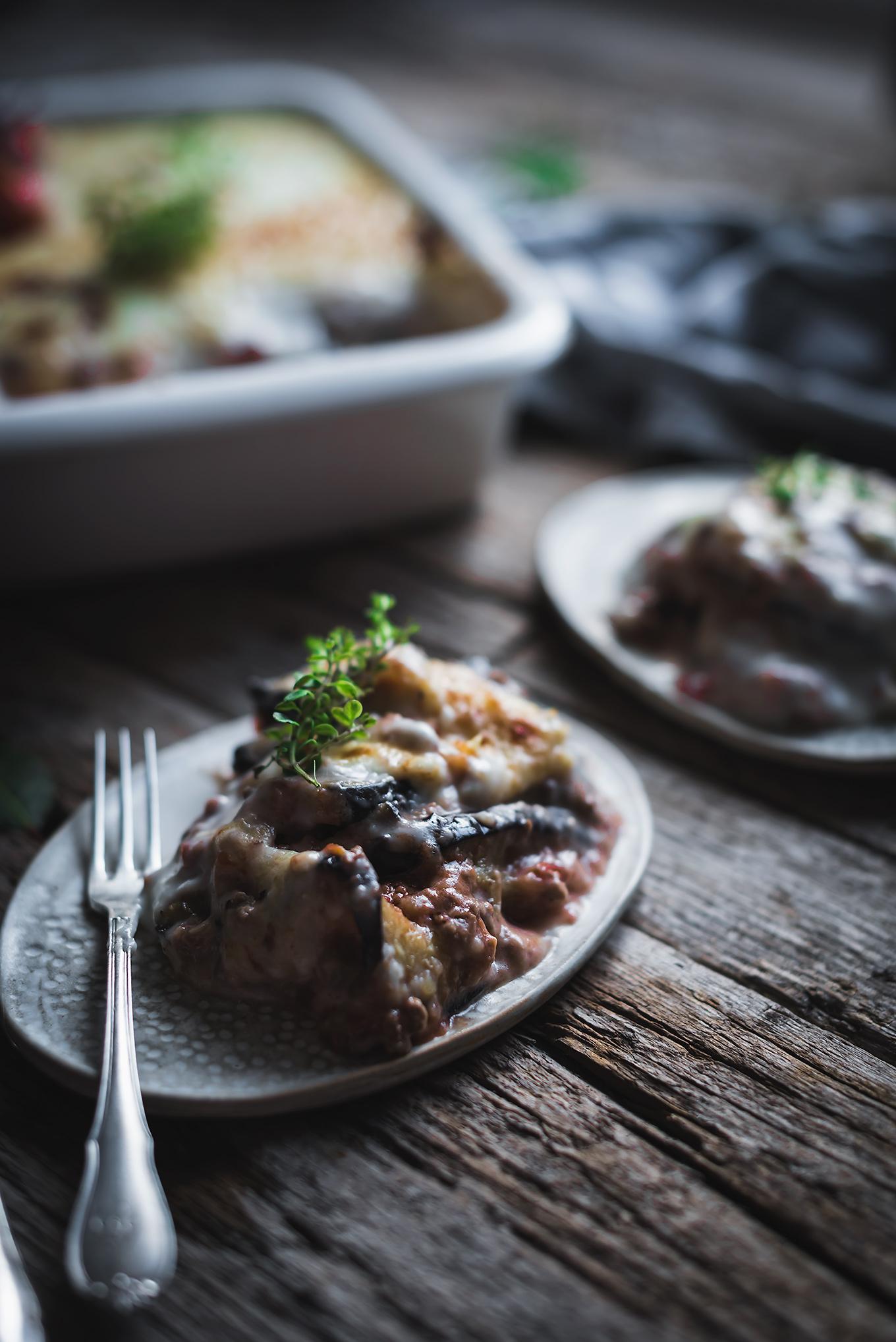 plato de musaka con berenjenas