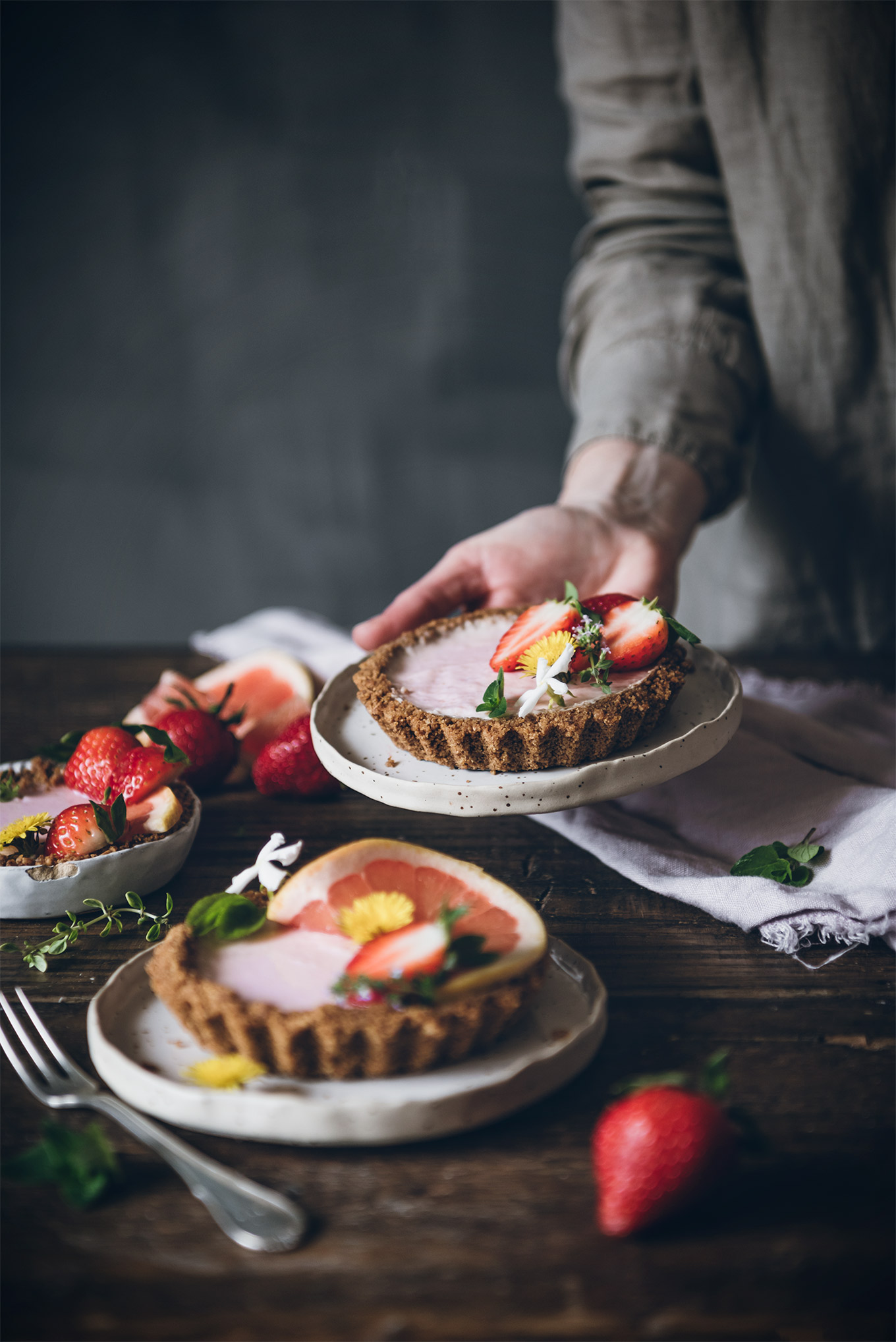 Tarta sin horno de fresas de temporada y citricos